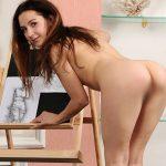Prostituierte Rodina bei Ophelia Escort Berlin verwöhnt dich zu Haus mit erotischen Striptease in der Wohnung